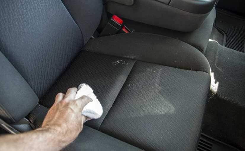 كيفية تنظيف مقاعد السيارة باستخدام منتجات منزلية